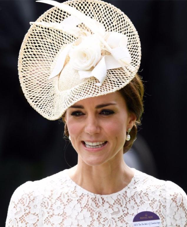 凱特王妃換了髮型,也換了禮帽,看起來像個小護士 形象穿搭 第6張
