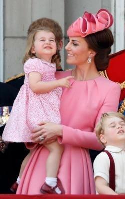 凱特王妃換了髮型,也換了禮帽,看起來像個小護士 形象穿搭 第5張