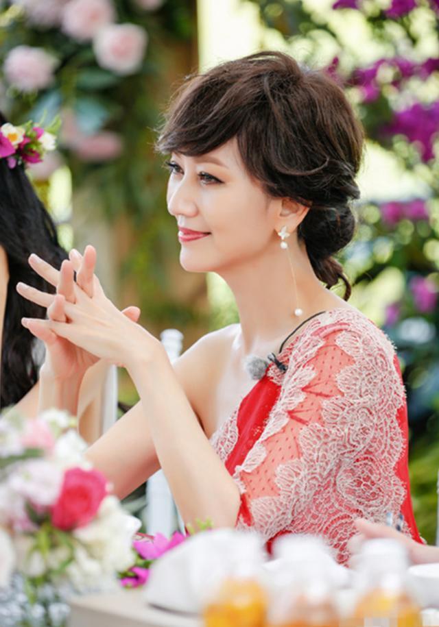 64岁赵雅芝一袭白衣送新年祝福,与73岁丈夫亲密同框似两辈人?