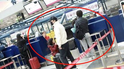 黃渤攜妻現身機場,倆可愛女兒正臉照罕見曝光,被贊嬌俏顏值高!_小歐