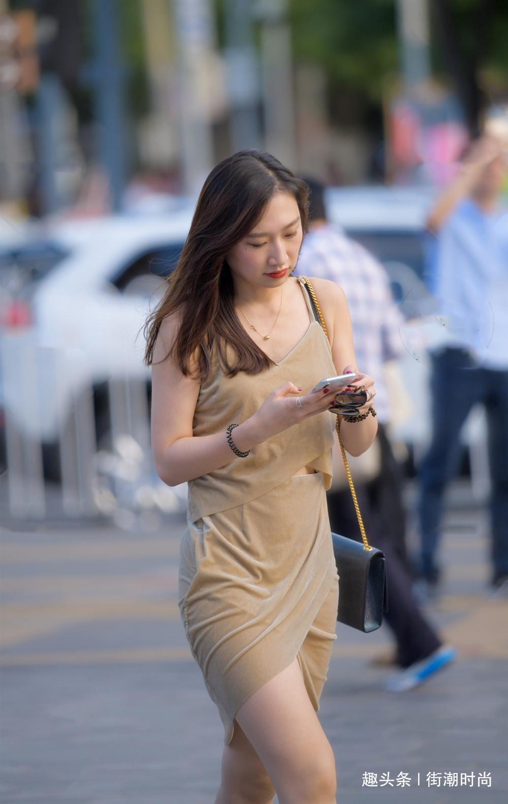 街拍:吊带连衣裙的美丽女士,皮肤白皙,长相真好看