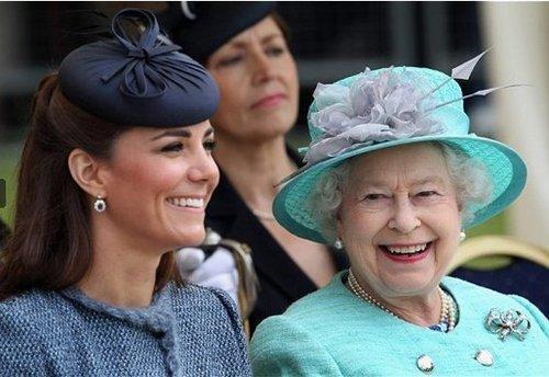 凱特王妃換了髮型,也換了禮帽,看起來像個小護士 形象穿搭 第3張