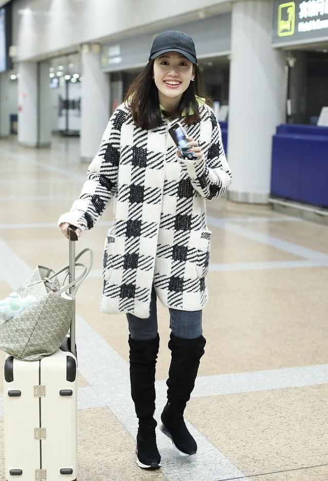 原创马蓉大年初三现身某机场,打扮靓丽状态好,手指上的钻戒亮了!