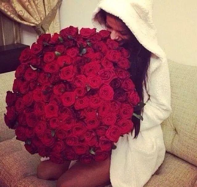 玫瑰花语:你是我最爱的唯一   11支玫瑰鲜花:最爱,只在乎你一个人   买少了又怕不体面,   到底多少朵玫瑰最合适?