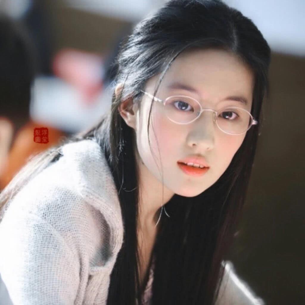 刘亦菲真就是仙女下凡了,戴上眼镜都可以如此清纯动人