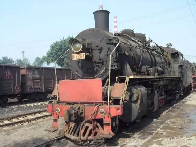 """四方机厂为""""八一"""" 号蒸汽机车举行了隆重的落成典礼和剪彩仪式.图片"""