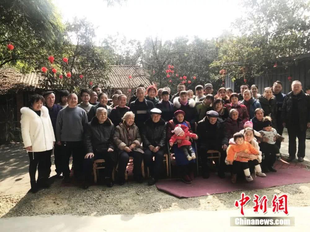 朱郑氏一家人。何佳欣摄