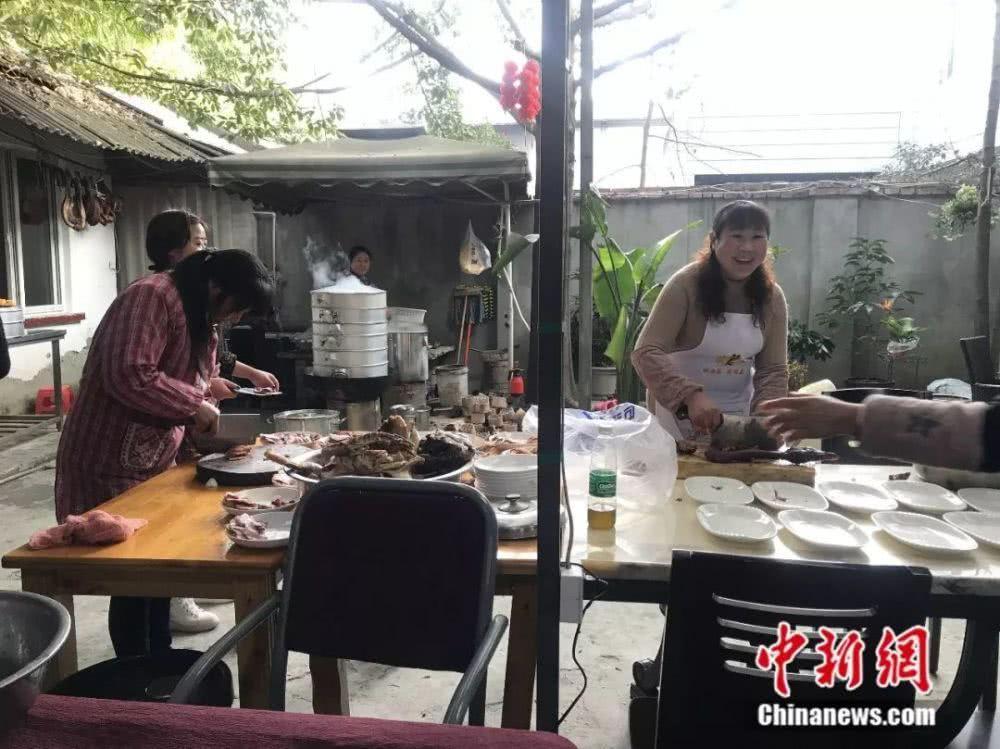 幼辈们炎火朝天地准备着饭菜。何佳欣摄