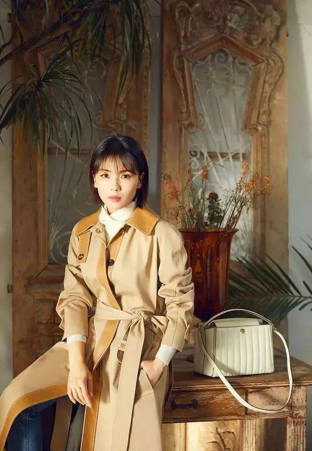 41岁刘涛终于换新发型,如今穿大衣搭牛仔裤,连气质都美到不一样