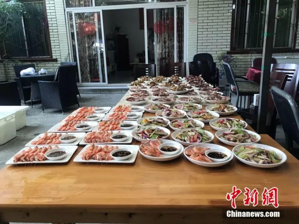 厨房里,基围虾、板鸭等美食早早备齐。何佳欣摄
