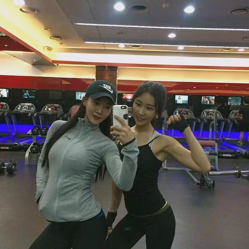 韩国50岁冻龄女神,坚持健身多年,身材和20岁女儿不相上下!