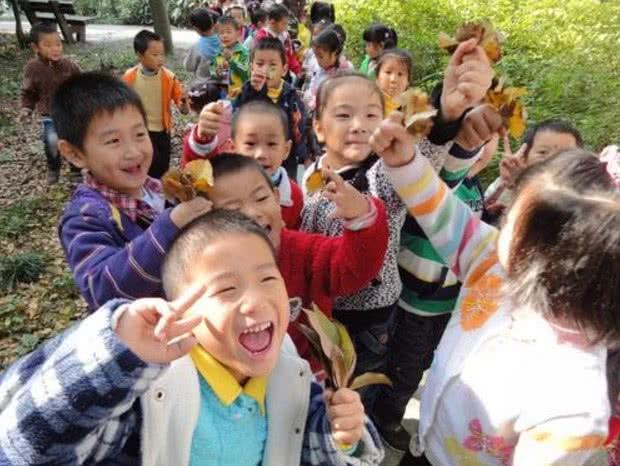 孩子郊游花费两万多,老师要求平摊,家长不干:谁爱出谁出!
