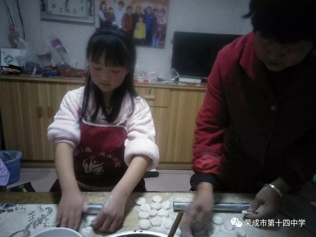 我和妈妈操屄_警法 正文  我和妈妈一起去斥山福利院为福利院的爷爷奶奶们包水饺.