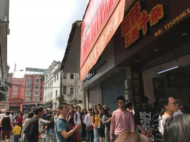 在佛山,一家网红店门口,人们穿着短袖排着队(每日经济新闻记者莫淑婷摄)