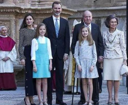 西班牙王室活动上,母女俩说悄悄话,国王假装咳嗽,实则提醒(图2)
