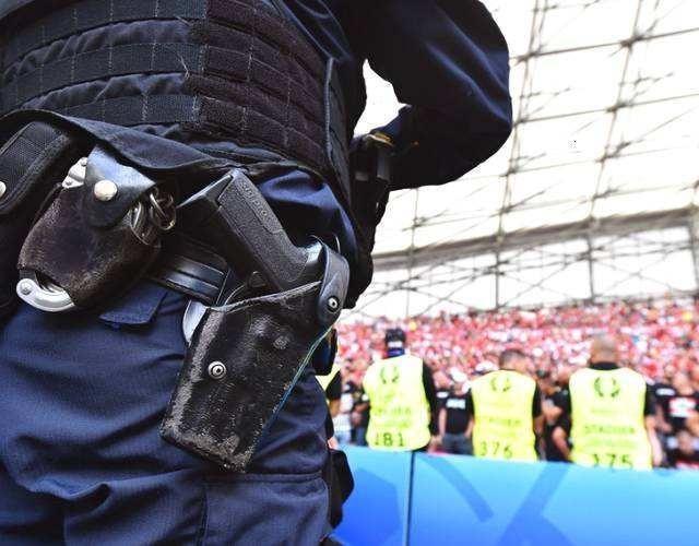 一把手槍為何不同人放的位置不同?保鏢放懷里,警察卻跨腰間_地方
