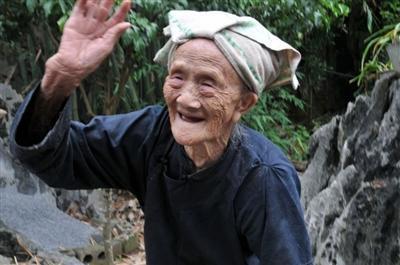 長壽女人養生經驗:每天堅持喝1種水、少吃2種美食,長壽并不難_雌激素