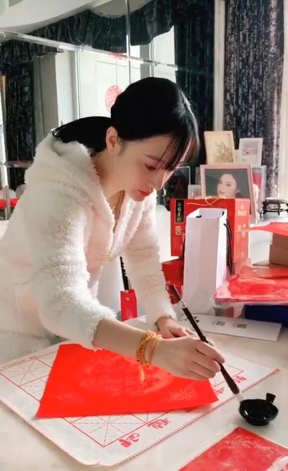 李小璐穿睡衣在家寫毛筆字,握筆姿勢卻被網友嘲笑!_賈乃亮