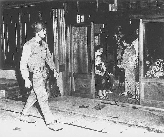 為天皇分憂的日本游女被警方圍捕,尊嚴全無_女人