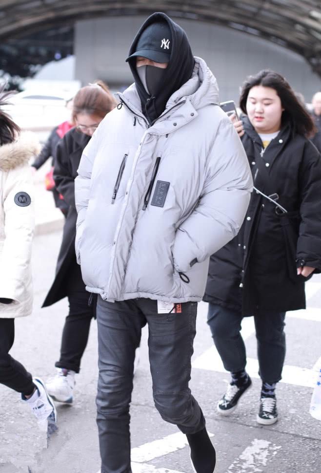 刘宇宁穿羽绒服配牛仔裤,回头率百分百,小哥哥真的太优越了!