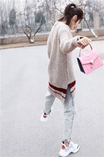 唐艺昕本来只想秀个包,没有想到却火了脚上的葫芦鞋,超有时尚范