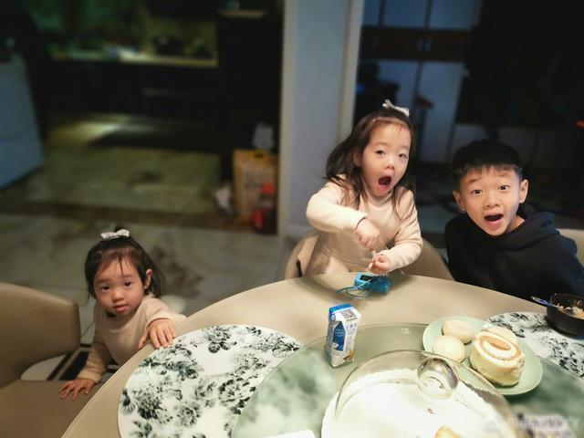 保母阿姨不在家,杨云一打三,杨阳洋帮妈妈带双胞胎mm灵巧心爱