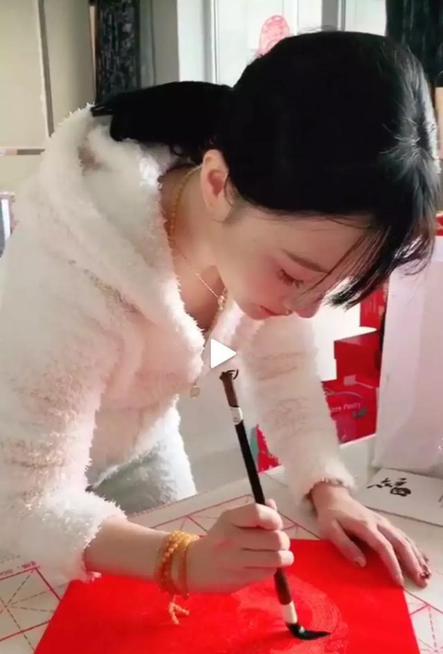 李小璐春節穿白色毛絨家居服寫福字,戴佛珠項鏈和手鏈的她很認真_賈乃亮