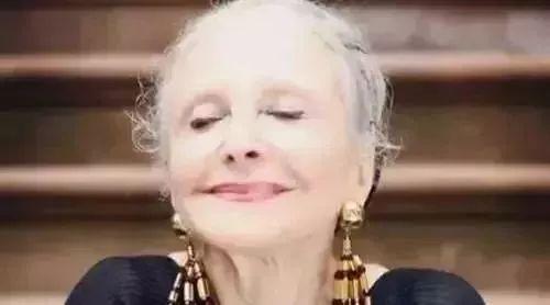 飞机上邂逅96岁老太太,独自旅行优雅从容,她的故事终身受益!
