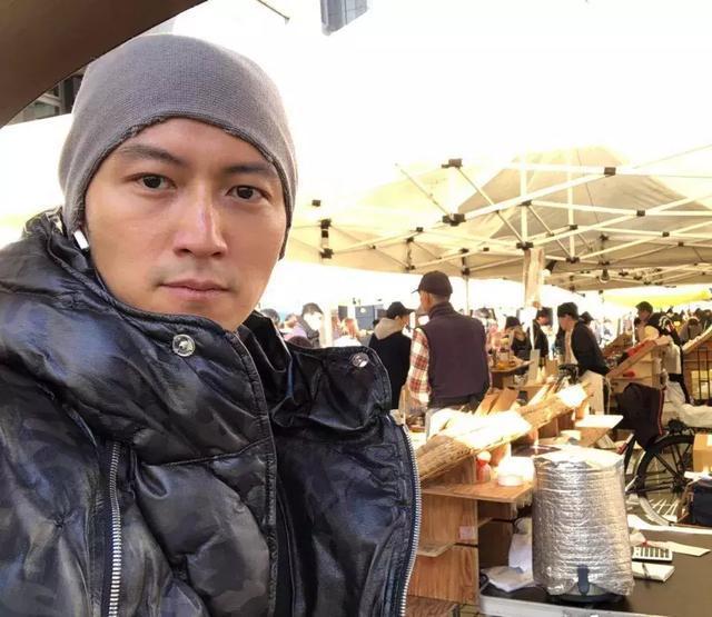 谢霆锋日本旅游归来吃开年饭继父与谢贤同桌排场调和