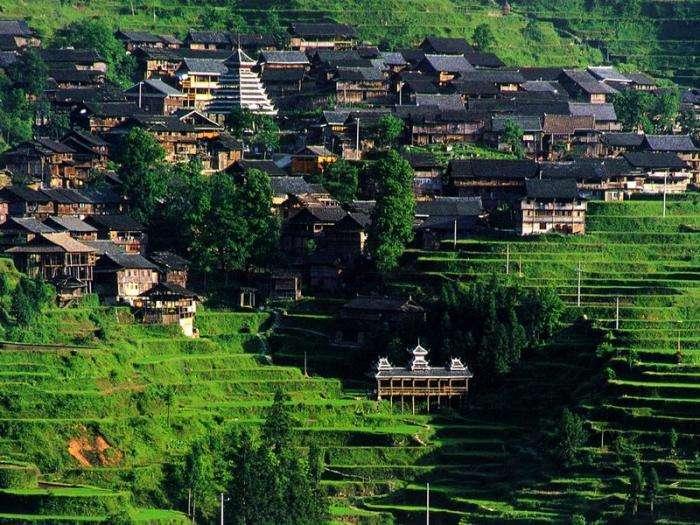 贵州深山有座千年古寨,女人双手大多染成蓝色,坚持传统农耕