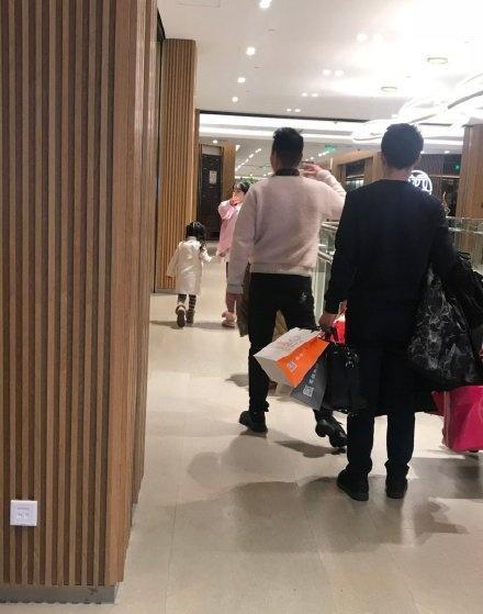 李小璐带甜馨逛奢侈品店,不见贾乃亮,这个动作被赞好暖心