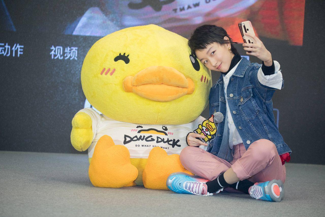 27岁的周冬雨生日宴和小黄鸭搞怪拍照,还像个高中生呢!