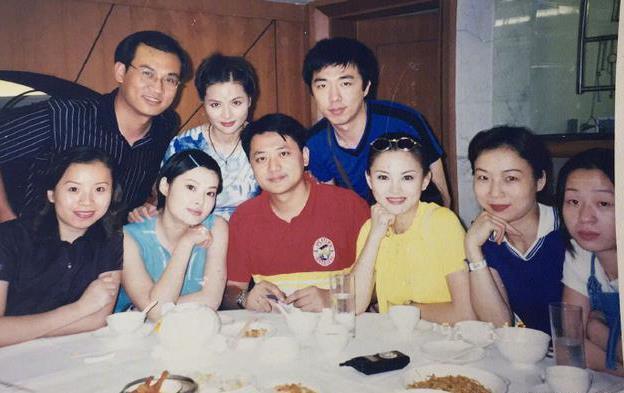 李湘曬湖南台同事聚餐舊照 人群中膚白貌美很吸睛