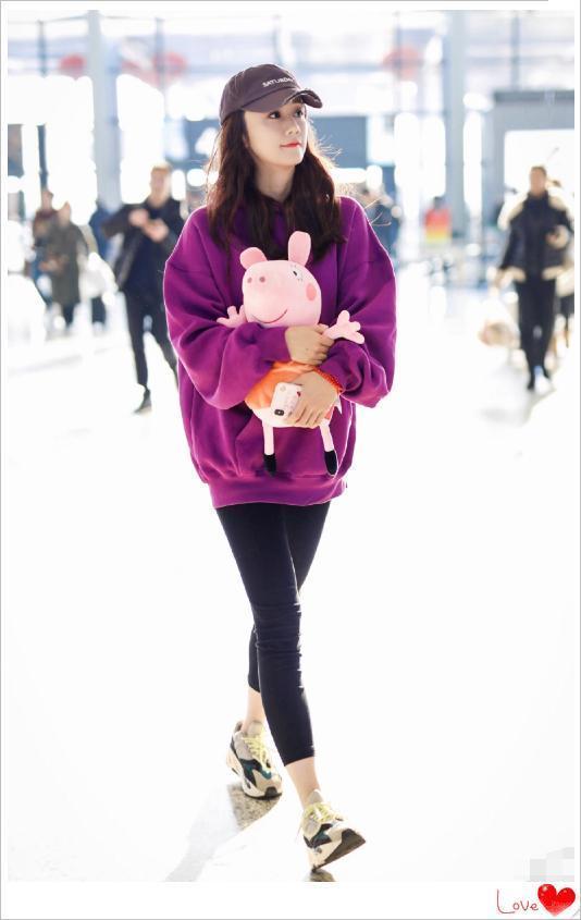 刘芸真厉害,大冷天穿一条leggings就走机场,网友:郑钧知道吗?
