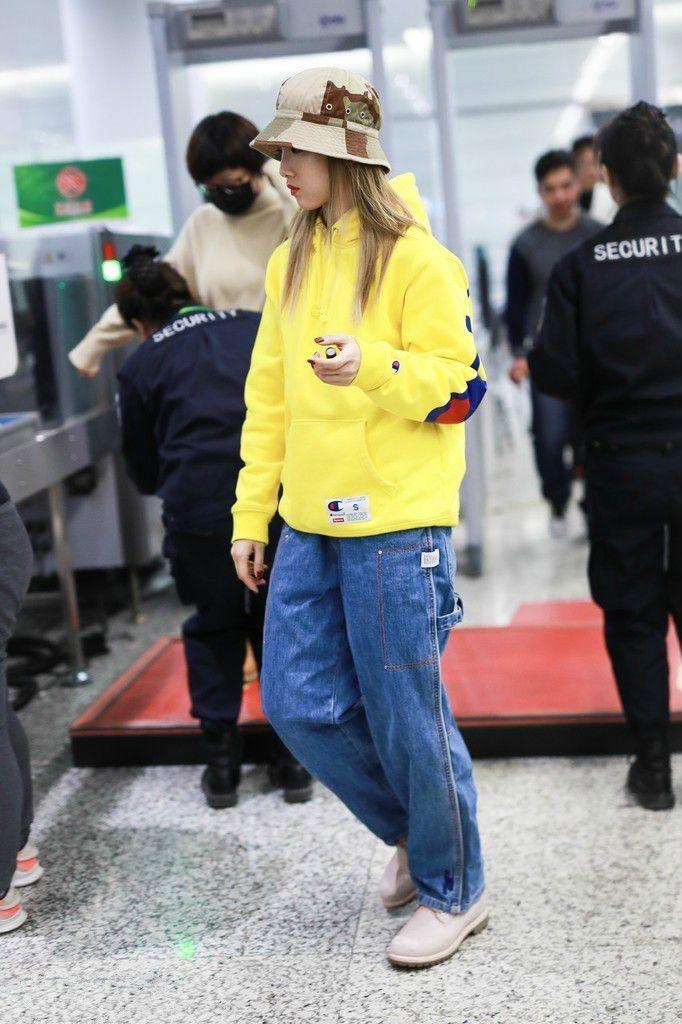Yamy黄卫衣亮相机场,宽松牛仔裤时尚过头,还以为穿反了