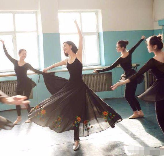 佟丽娅穿黑舞裙美背羡煞旁人,翩翩起舞美得像一只黑天鹅!
