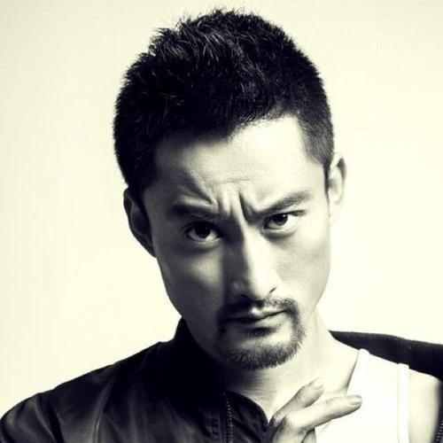 《飞驰人生》中的大师被称为高配余文乐,曾是中国偶像级赛车手