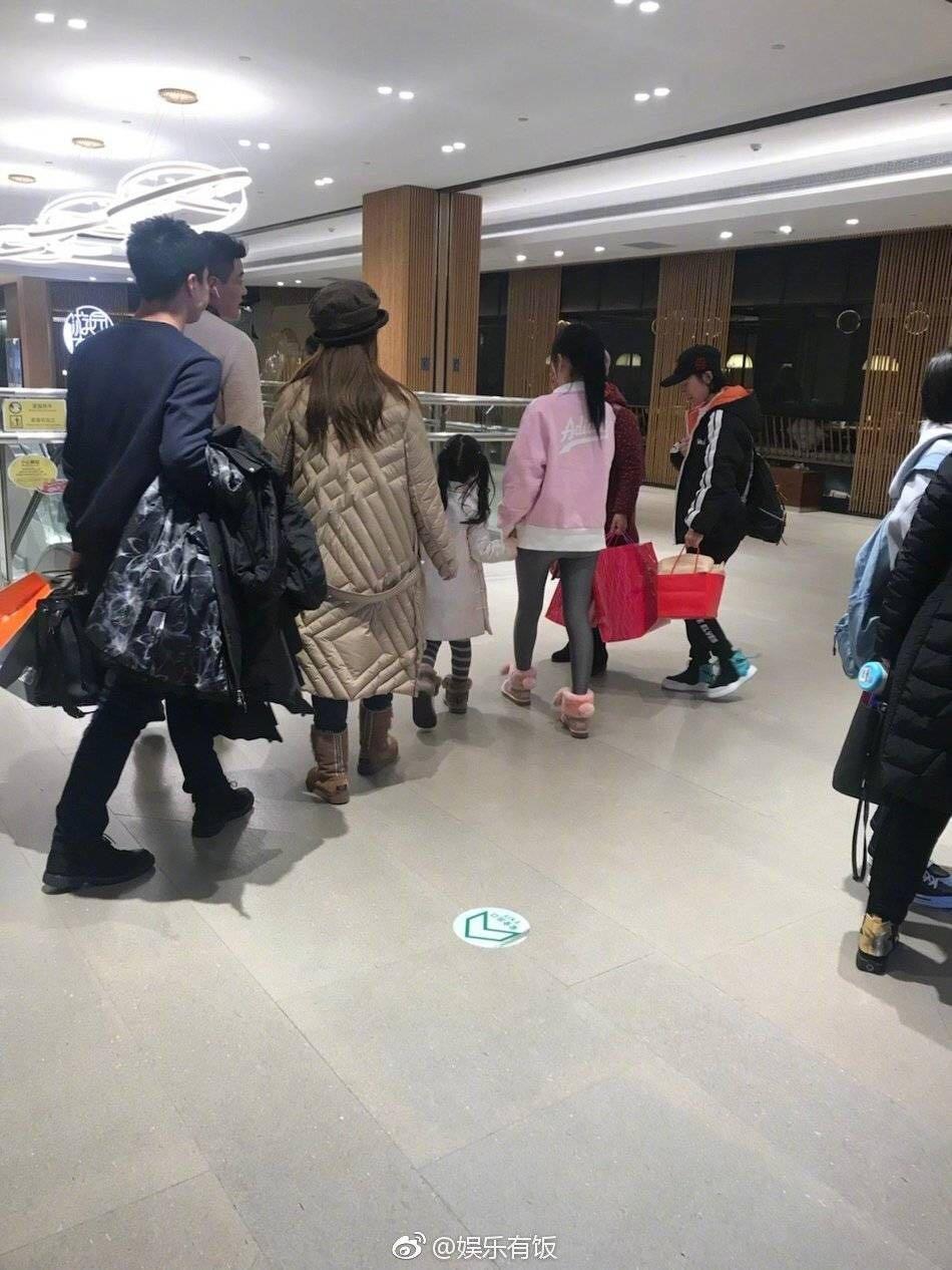 李小璐帶甜馨逛街仍不見賈乃亮,獲5名助理隨行提包排場太大!_風波