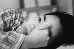 """18岁产妇怀胎5月做""""引产"""",孩子出来那一刻,旁边护士却哭了"""