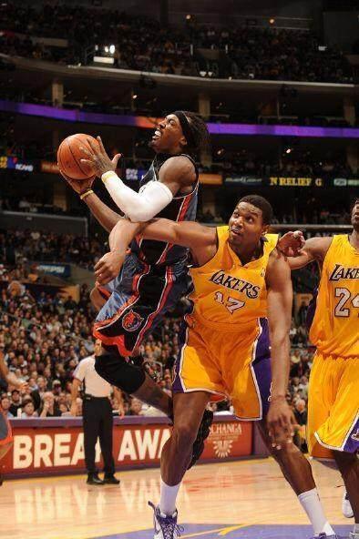 """阿泰肘击哈登_NBA历史十大""""恶行"""":阿泰一肘击倒哈登,兰比尔锁喉乔丹_比赛"""