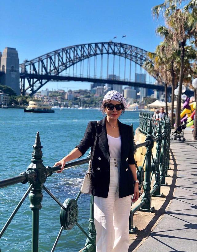 53岁的刘嘉玲真会装,黑西装配白背心简单又时尚,戴贝雷帽太少女