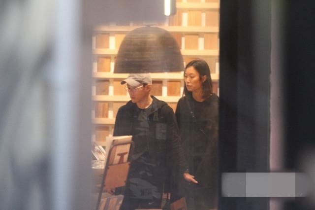 霍启刚弟弟与新女友牵手逛街,网友:朴素有气质,素颜很惊艳!