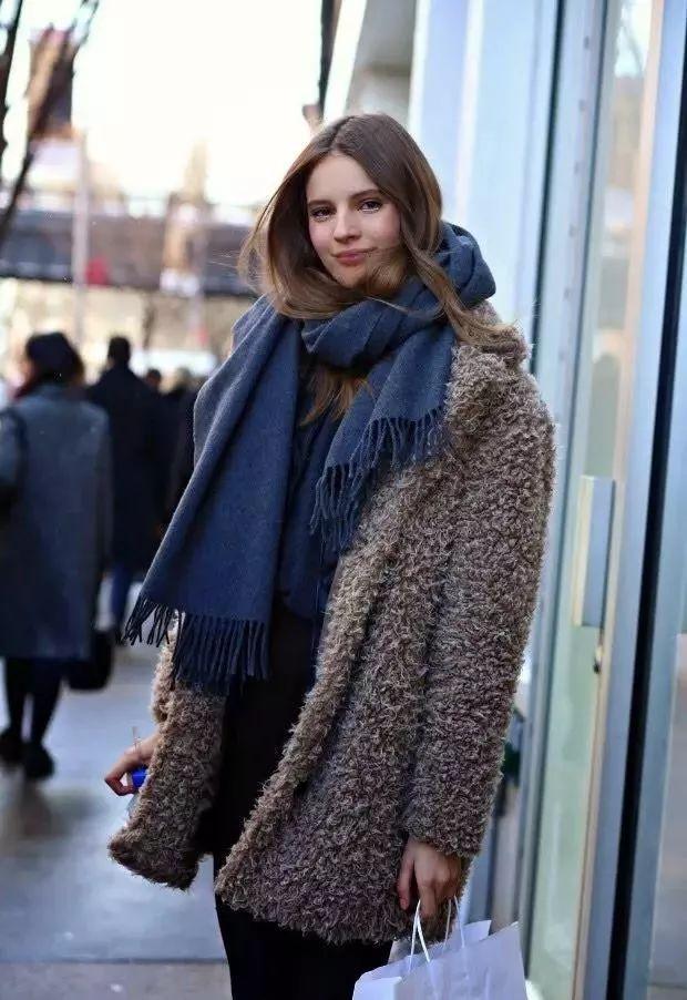 什麼顏色的大衣就搭什麼圍巾,這才是最實用的穿搭法! 形象穿搭 第33張
