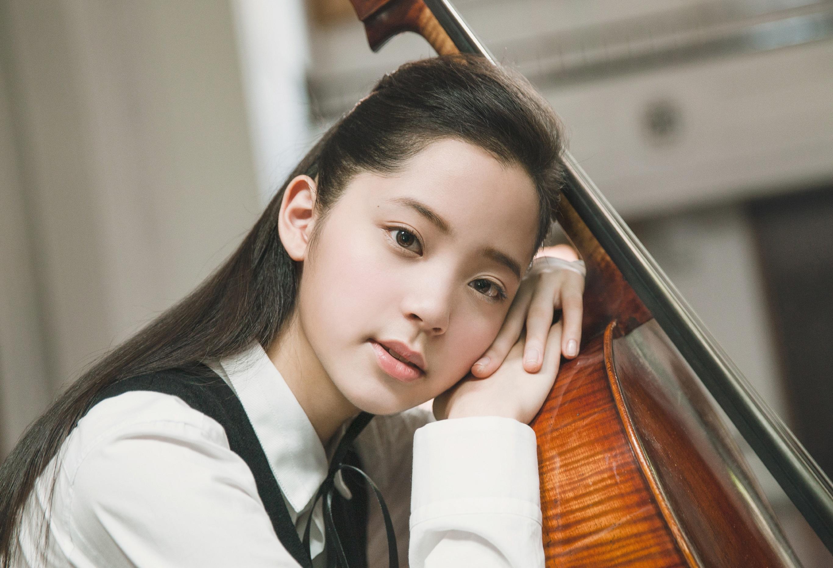 欧阳娜娜学校演出当主唱,身旁吉他手是 台湾天团男神