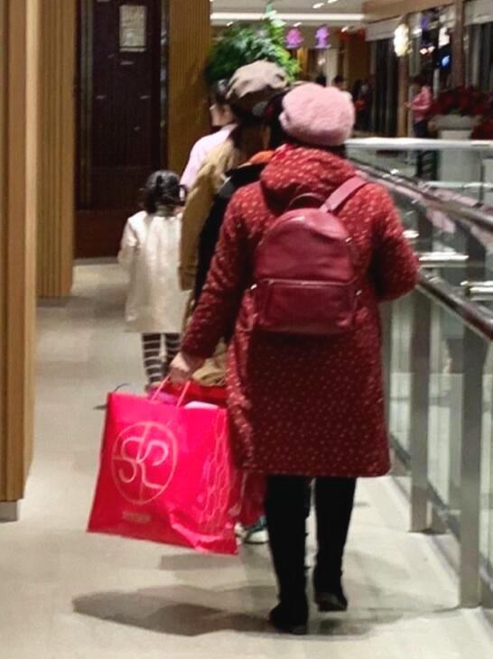 李小璐北京帶女兒逛街,賈乃亮三亞休閑度假_身體
