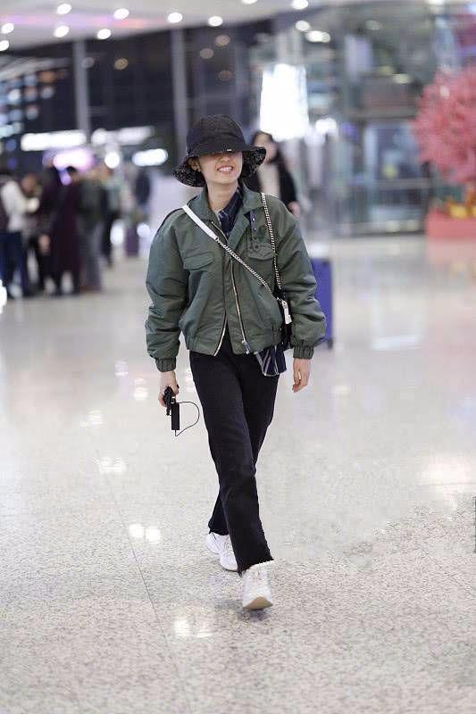 张子枫再也不是以前的小姑娘了,也开始追求大牌包包了!