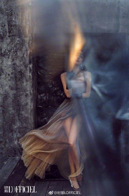 Angelababy新封面風格大變,煙熏妝透視裙竟然這麼美