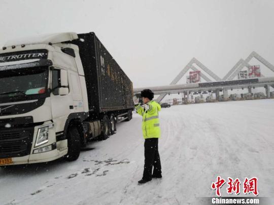 河北降雪地全警上路 启动恶劣天气应急管理预案
