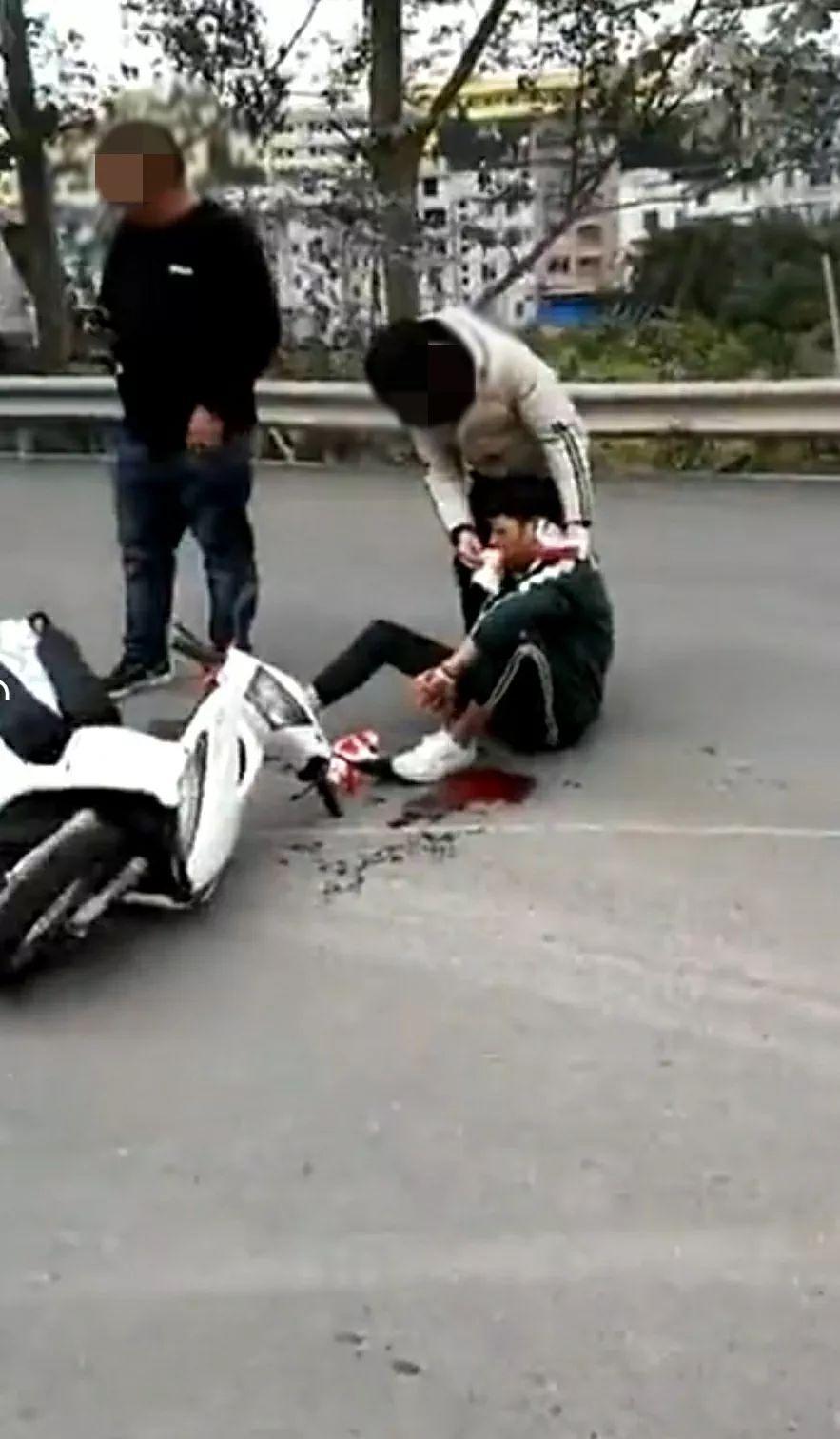 可怕!藤县岭景车站门口,摩托车倒地,地上一大滩血!