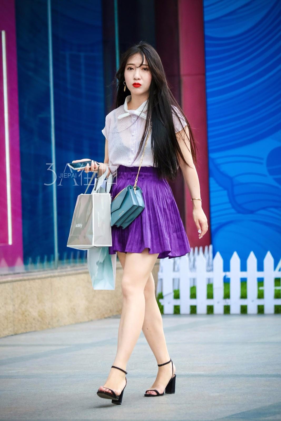 热点:街拍:温婉连衣裙配跟鞋打造精致感,纯色上衣配百褶塑造清新气质